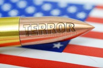 Patrone auf USA-Fahne mit Terror-Gravur  Terrorwarnung