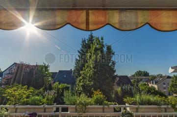 Balkon mit Markise im Sonnenschein