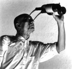 Mann giesst sich Wein ins Gesicht