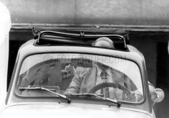 Mann in kleinem Auto