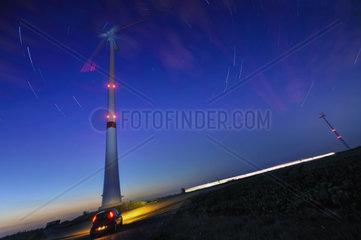Startrails ueber Windgeneratoren Blickrichtung Norden