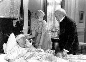 Arzt und Frau am Krankenbett