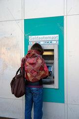 Frau vor eine Geldautomat