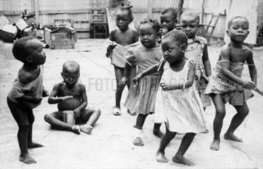 Afrikanische Kinder tanzen