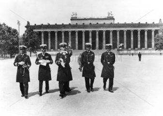 Japanische Soldaten besuchen Berlin