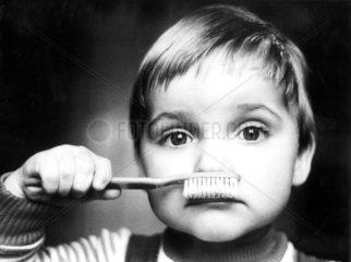 Kind mit Zahnbuerste