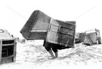 Mann traegt Strandkorb