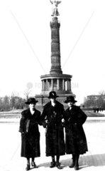3 Frauen Siegessaeule 1920