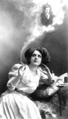 Frau raucht Mann in Rauchwolke