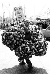 Mann mit Basebaellen