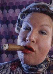 Hausfrau raucht eine Zigarre