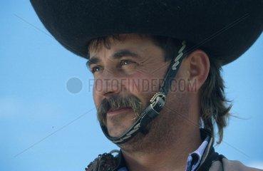 Mann mit traditionellem ungarischen Hut