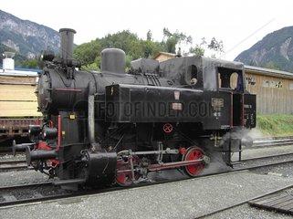Alte Dampflokomotive auf Schienen