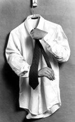 Entkoerperliche Haende richten Krawatte auf