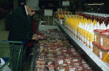aelterer Herr in Lebensmittelladen