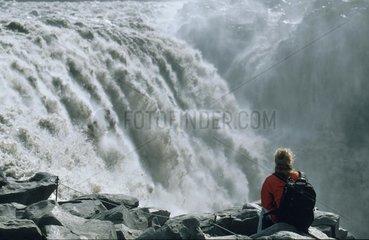 Wasserfall stuerzt in einen Abgrund