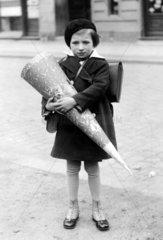 Kleines Maedchen mit Schultuete  1940
