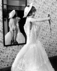 Maedchen in Kleid vor Spiegel