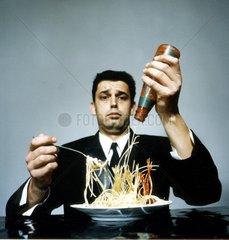 Mann isst Spaghetti Nr.1