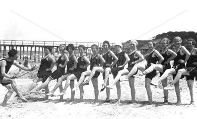 Reihe von Frauen mit schoenen Beinen