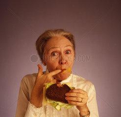 Oma sabbert beim Essen