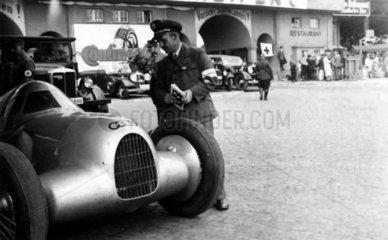 Mann betrachtet alten Audi