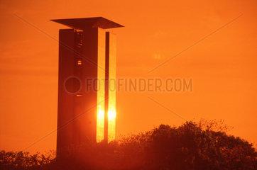 D - Berlin - Glockenturm im Tiergarten bei Sonnenuntergang