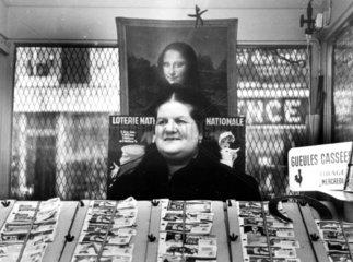 Verkaeuferin unter einem Bild von Mona Lisa