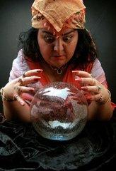 Wahrsagerin mit Kristallkugel