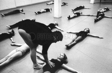 Maedchen bei Balletuebungen