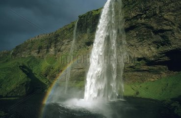 Regenbogen ueber Wasserfall