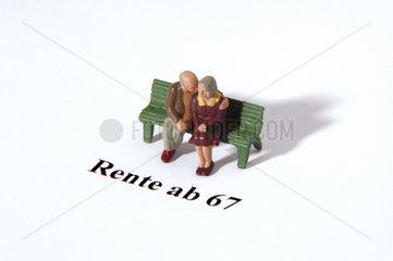 Rente ab 67 - zwei Figuren auf Parkbank