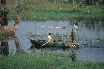 zwei Jungs beim Fischen