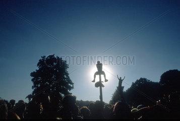 D-Berlin: Mann auf Laterne bei der Loveparade 1999