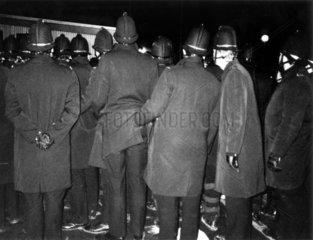 Polizist greift anderem in die Hose