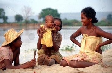 Glueckliche Familie mit Kind