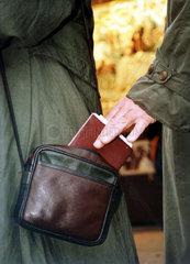 Taschendiebstahl klauen Diebstahl