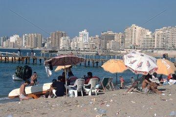dreckiger Strand vor Hochhauskulisse