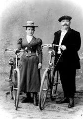 1910  altes Paar mit Fahrrad