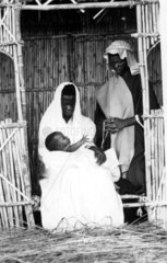 afrikanisches Paar mit Neugeborenen