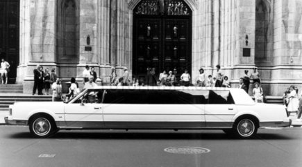 lange Limousine vor der Kirche