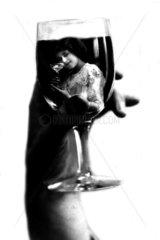 Frau im Weinglas