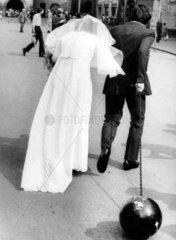 Brautpaar mit Stahlkugel