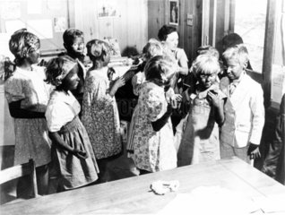 Kinder geschminkt schwarzes Gesicht