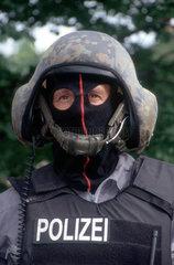 Polizist mit Helm  Maske und kugelsicherer Weste