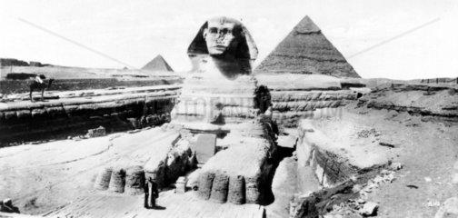 Sphinx mit Pyramiden im Hintergrund