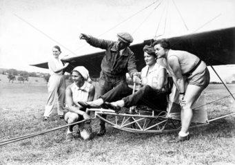 Frauen nehmen Segelflugzeug Unterricht