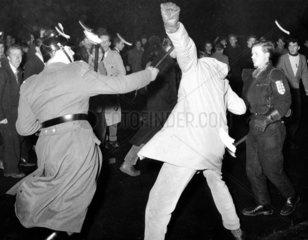 Polizist schlaegt Demonstrant
