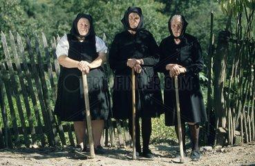 drei alte Frauen in schwarz