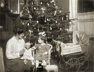 Mutter und Tochter  Bescherung  Heilig Abend 1924